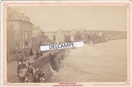 ARROMANCHES Années 1890 - Photo Originale De La Digue Par Une Grande Marée Par DESLANDES  Bayeux ( Calvados ) - Places