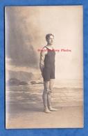 CPA Photo - Beau Portrait D'un Garçon En Maillot De Bain - Sportif Homme Boy Pose Decor Muscle Semi Nude Nu - Fashion