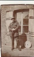 Rare Deux Petites Photos Guerre 14-18 Une Datée Du 10 Février 1917 Poilus Avec Casques Et Sabre Format 4.5 X 6.5 Cm - 1914-18