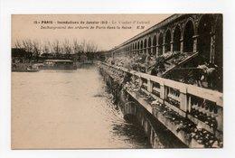 - CPA PARIS (75) - CRUE DE LA SEINE Janvier 1910 - Le Viaduc D'Auteuil - Déchargement Des Ordures De Paris Dans La Seine - Inondations De 1910