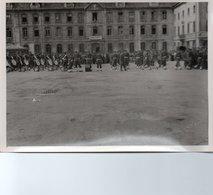 88Sv  Photo Besançon (25) Parade Militaire 1945 Devant Batiments Ministere Prisonniers Déportés (voir Détail) - Besancon