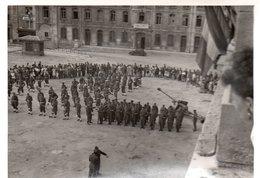 88Sv Photo Besançon (25) Parade Militaire Et Spectateurs 1945 Devant Batiments Ministere Prisonniers (voir Détail) - Besancon