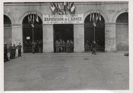 88Sv Photo Besançon (25) Exposition De L'Armée Septembre 1945 Batiment Place De La Revolution - Besancon