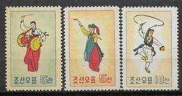 COREE DU NORD - YVERT N° 545/458 SANS GOMME (*) (LEGERES TRACES DE STOKAGE AU VERSO) - COTE = 13.5 EUR. - DANSE COSTUMES - Corée Du Nord