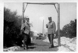 PHoto De 2 Soldats Gradés Et Plus Loin Ce Qui Semble Un Lance Missiles - Guerre, Militaire