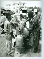 Photo Bénin. Cotonou, Vendeur D'essence En Bouteilles 1993. - Afrika