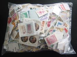 Ruim 600 Gram Kortgeknipte Kilowaar Diverse Landen Wo Itallie, Scandinavie Etc. Alle Periodes, Maar Vnl Modern (geen NL) - Stamps