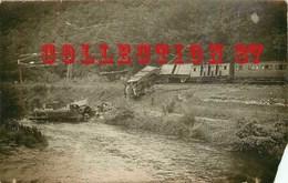 23 ☺♥♥ CARTE PHOTO < ACCIDENT FERROVIAIRE De SAINTE MADELEINE AUBUSSON - LOCOMOTIVE Et TRAIN Dans La RIVIERE - Aubusson