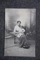 Carte Photo D'une Mère Assise Avec Sa Petite Fille Sur Les Genoux - Photographs