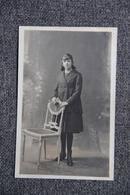 Carte Photo D'une Jeune Femme S'appuyant Sur Une Chaise - Photographs