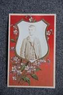 Carte Photo D'un Jeune Homme Dans Une Armoirie, Carte Gaufrée Originale. - Photographs