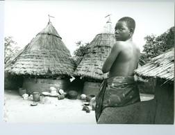 Photo Bénin. Kousso Konangou 1993. Jeune Femme Sur La Terrasse D'un Tata Somba - Ethniques, Cultures
