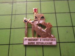1210 Pin's Pins / Beau Et Rare / THEME POLICE : GENDARMERIE NATIONALE 1e REGIMENT D'INFANTERIE DE LA GARDE SABRE SHAKO - Police