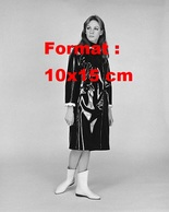 Reproduction D'une Photographie Ancienne D'une Femme En Ciré Noir Et Bottines Blanches En 1964 - Reproductions
