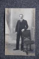 Homme Posant Appuyé à Une Chaise - Hommes