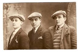 CARTE PHOTO 3 HOMMES EN BUSTE - CASQUETTE CRAVATE POCHETTE - NOMS AU DOS - Photographs