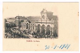 CPA Dos Non Divisé : NAMUR 1901 - La Gare,  Mini Cortège Avec Un Char (moulin) Tiré Par Des Chevaux En Tenue Rayée - Namur