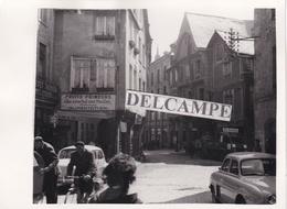 DINAN  1950/60 - Photo Originale Du Centre, Le Magasin '' Au Cours Des Halles '' Desbonnet ( Côtes D'Armor ) - Places