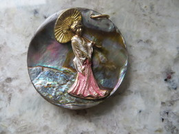Pendentif En Nacre Avec Geisha Et Son Ombrelle Sculptée En Sur Impression  Travai Très Fin époque Année 20 /ou Plus Rece - Pendants