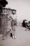 Photo Originale Pin-Up Sexy En Short Sur Une Terrasse De Biarritz En Août 1939 - Pin-ups