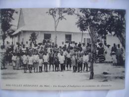 Nouvelles  Hébrides  Ile Mété Un Groupe D'Indigènes En Costumes Du Dimanche Tres Animée - Vanuatu