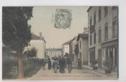 POUILLY SOUS CHARLIEU (42 - Loire) - 1906 - Avenue Brossard - Colorisée - Animée - Autres Communes