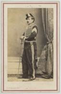 CDV Militaire 1860-70 Charles Barenne à Paris . Un Hussard . Sabretache . Médailles Peu Lisibles (campagne Du Mexique ?) - Ancianas (antes De 1900)