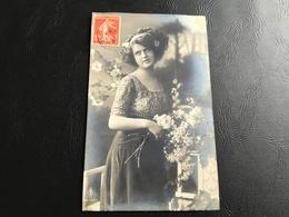 108/3 - Femme Au Bouquet - Timbrée - Silhouettes