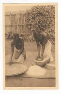 Ruanda Jeunes Filles à La Fabrication De Farine Carte Postale Ancienne Seins Nus Ethnic Nude - Ruanda-Urundi