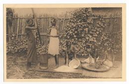 Ruanda Jeunes Filles à La Fabrication De Farine Au Mortier Carte Postale Ancienne Seins Nus - Ruanda-Urundi
