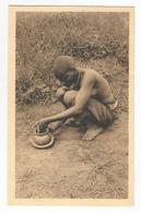 Ruanda Femme Mutwa Fabricant Un Pot De Terre Carte Postale Ancienne - Ruanda-Urundi