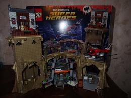 LEGO - DC COMICS SUPER HEROES CLASSIC TV SERIES LA BATCAVE - VENDU AVEC CATALOGUE MAIS SANS LES PERSONNAGES ET VOITURE - Lego System