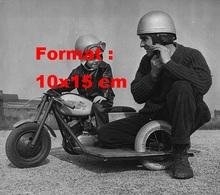 Reproduction D'une Photographie Ancienne D'un  Père Et Son Jeune Fils Sur Une Mini Moto Side Car - Reproductions