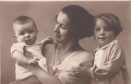 MUTTER Mit 2 Kinder - Alte Fotokarte - Gruppen Von Kindern Und Familien