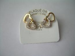 BOUCLES D'OREILLES CLOUS En PLAQUE OR, Décor De COEUR Et BRILLANTS.. NEUVES...3 Scans - Boucles D'oreilles
