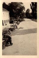Photo Originale Une Allée Vers 1930/40 Avec Tracteur, 2 Autos Opel & Chariot à Bras - Automobiles
