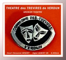 SUPERBE PIN'S THEATRE : COMPAGNIE Des TREVIRES Du GRENIER THEATRE, VERDUN Depuis 1990, Signé AUBERT SN, 2,5X2cm - Celebrities