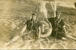 TWO GIRS WOMEN BAÑISTAS BAIGNEUSES OLD FASHION TRAJES DE BAÑOS MAILLOTS SWIMSUITS YEAR 1916 POSTAL GUILLEMINOT -LILHU - Mode