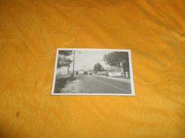 CARTE POSTALE PHOTO ANCIENNE NON CIRCULEE DATE ?. / ENTREE VILLE ?. PONT RIVIERE L'AUXANCE. REGION VIENNE - Non Classés