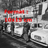 Reproduction D'une Photographie Ancienne Des Renault 4L Et Chauffeurs Du Touring Secours France En 1965 - Reproductions