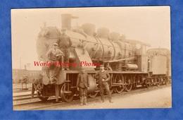 CPA Photo - Gare à Situer - SAINT DIZIER ?- Superbe Portrait De Cheminot Devant Locomotive EST 4040 - Chemin De Fer Bahn - Gares - Avec Trains