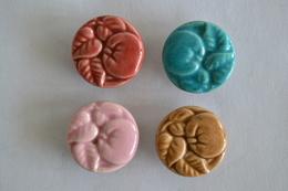 Serie De 4 Boutons Différentes Couleurs En Faïence Des Année 1950 Ou Moins De 22 Mm Decor Relief Fruit Et Feuilles - Boutons