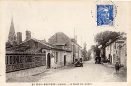 Les Trois Moutiers  86   La Route De Loudun Animée Et Voitures - Les Trois Moutiers