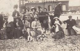 """76. DIEPPE. RARETE. CARTE-PHOTO """" HEMERY """". GROUPE SUR LA PLAGE DEVANT LE CASINO. ANNEE 1908 - Dieppe"""