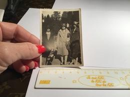 Photo Noir Et Blanc Femme Avec Des Chapeaux 3 Femmes Avec Des Chapeaux En Train De Marcher Le Valtin - Personnes Anonymes