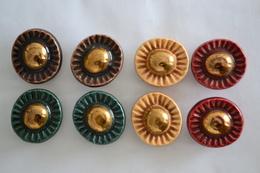 8 Boutons Anciens Periode 1950 En Céramique Decor Fleur 4 Couleurs Différentes, Diamètre 30 Mm - Boutons