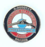 Pin's A. AUGOYAT Roanne (42) - Professionnel Agrée FEDERATION DES ARMURIERS - Fusil - Cible -  H515 - Markennamen