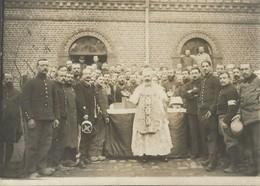 Photo Soldats Français, Messe Devant Un Bâtiment En Brique  / 14-18 / WW1 / POILU - 1914-18