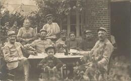 Carte Photo Soldats Français, Dans Une Coure , Vin Rouge , Régiment N°10 / 14-18 / WW1 / POILU - 1914-18