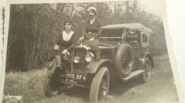 Ancienne Photo D'une Voiture D'èpoque PEUGEOT Avec Deux Jolies Jeunes Femmes Assises Dessus ! - Automobiles